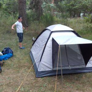 8-jähriger beim Zelt Aufbauen
